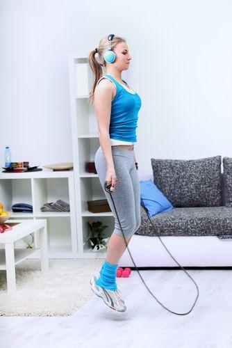 Saltar a la cuerda en casa para mantenerse en forma